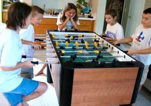 chavales-jugando-al-futbolin